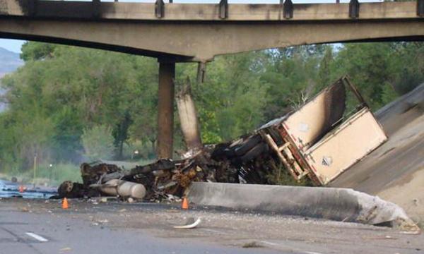 На одном и том же участке трассы М-5 с моста упали два тягача