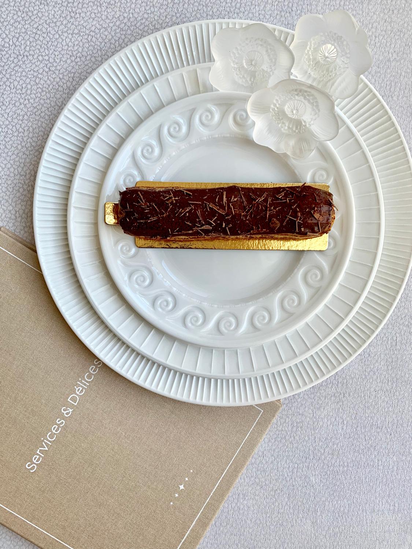 Шоколадный эклер. Сет из тарелок Louvre, Bernardaud. Декоративные фигурки Anemone, Lalique
