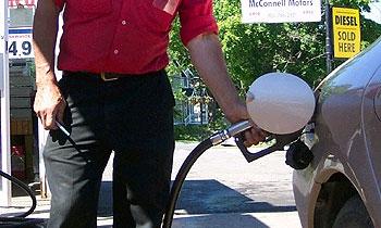 Розничная цена бензина в США опустилась ниже 4 долл./галлон