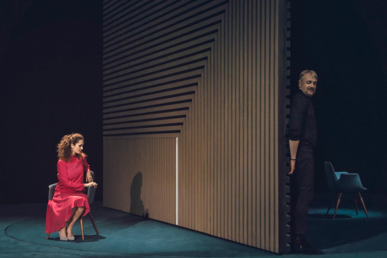 Виктория Исакова и Андрей Заводюк в спектакле «Ложные признания»