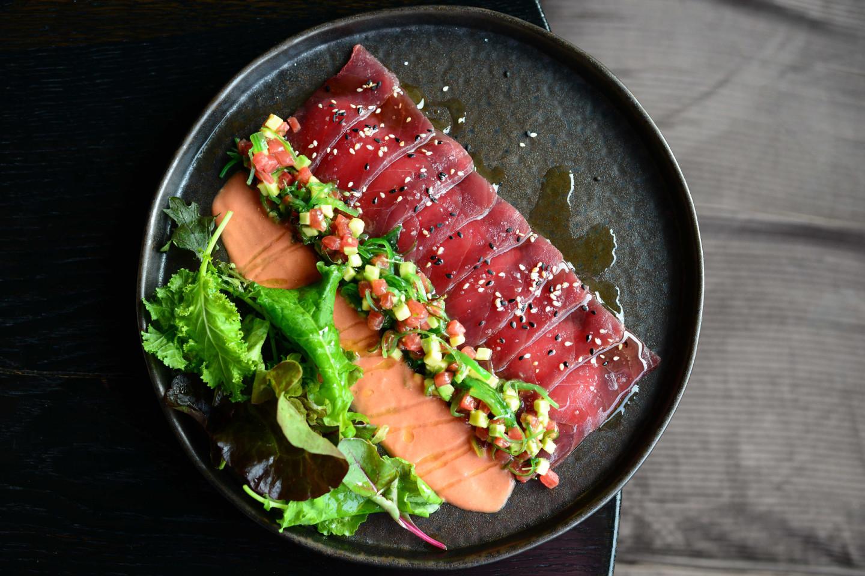 Каприччо из тунца с овощной сальсой и томатным соусом