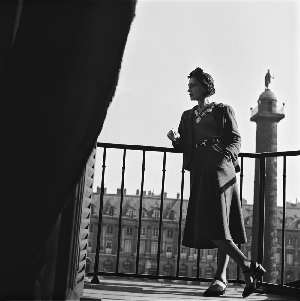 Габриэль Шанель на балконе своего сьюта в Ritz Hotel Paris, 1937