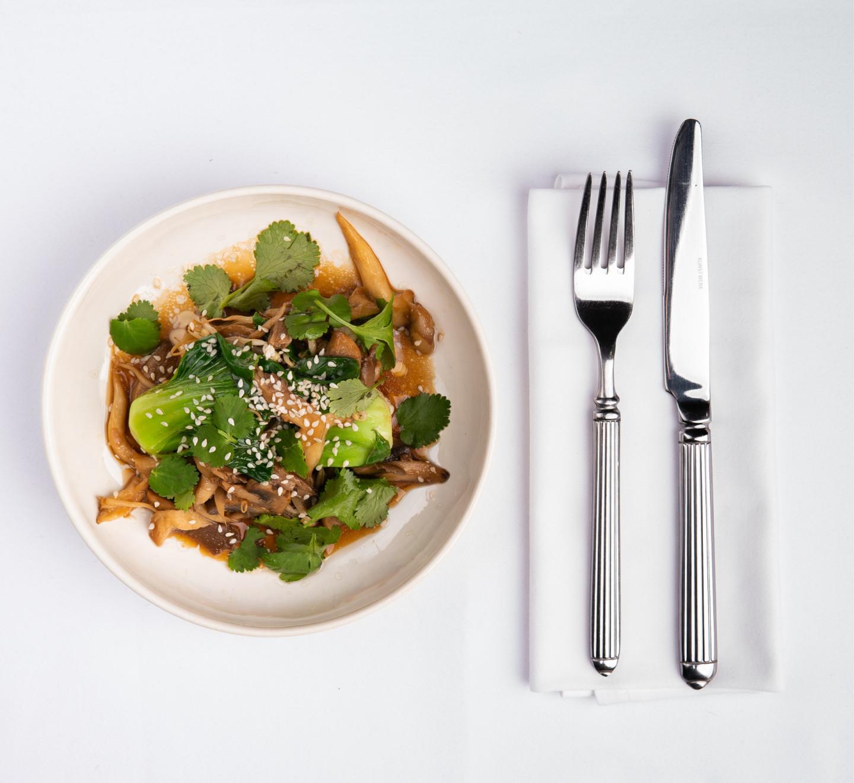 Тофу с грибами, пак-чой и ростки сои
