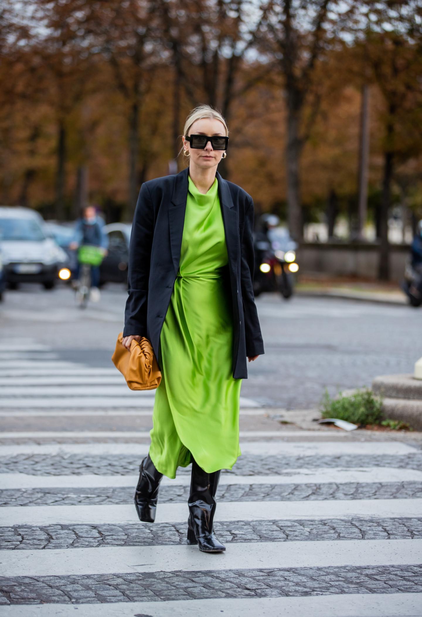 Сочетание платья с высокими сапогами