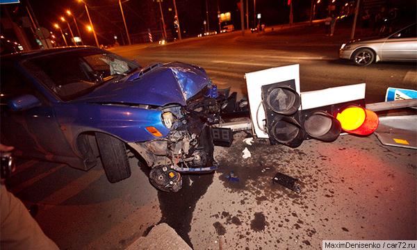 За сбитый светофор виновников аварии накажут отдельно
