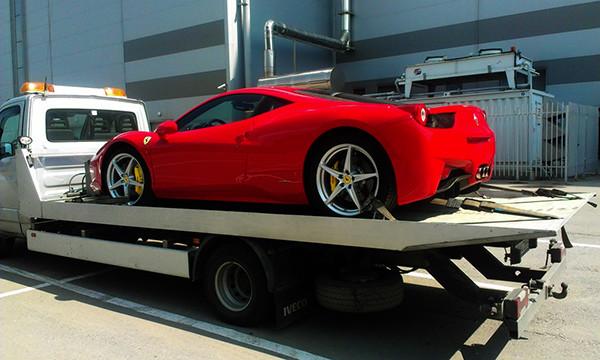 В Москве владелец Ferrari устроил погоню за эвакуатором