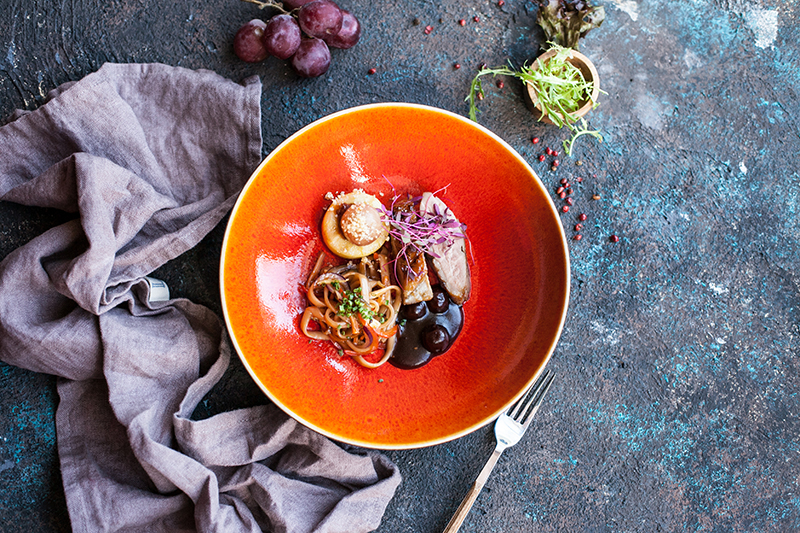 Фермерская утка на сливовой лапше с овощами, карамельным яблоком, фаршированным виноградом и вишневым соусом