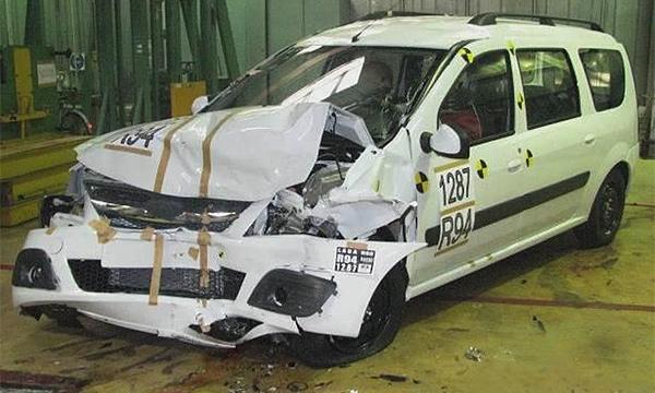 В сети появилось видео краш-теста Lada Largus