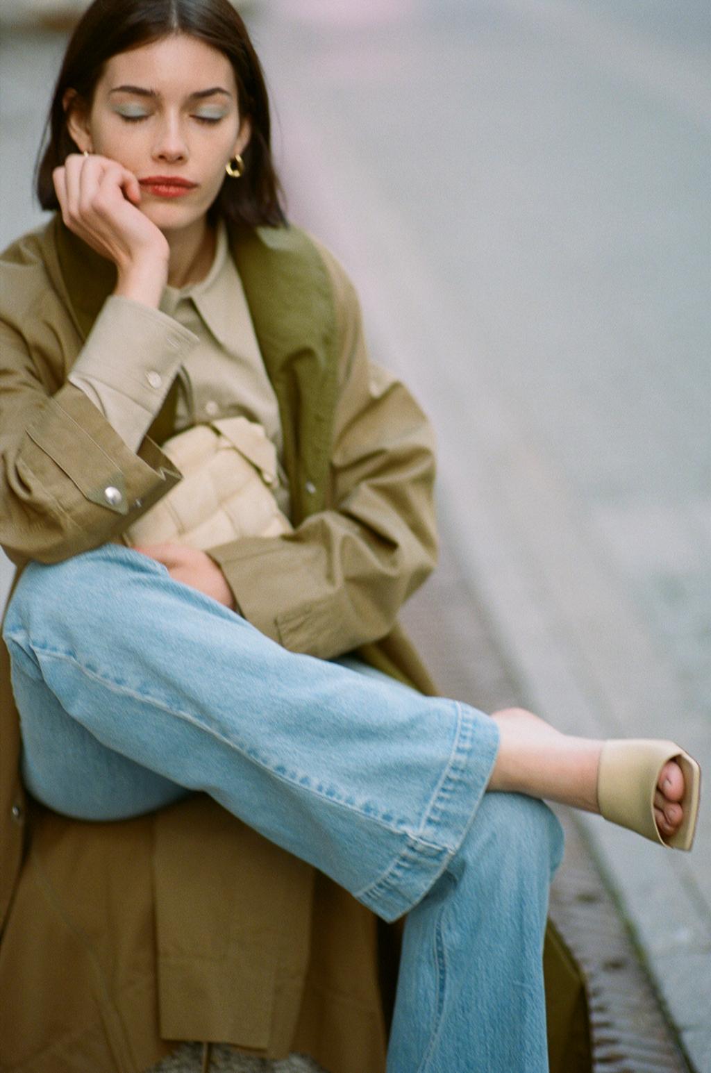 Хлопковый тренч Isabel Marant Etoile; джинсы Stella McCartney; рубашка, мюли, сумка— все Bottega Veneta