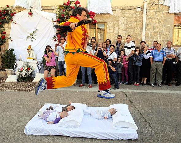 Бычьи бега и прыжки через младенцев: 7 самых странных фестивалей мира