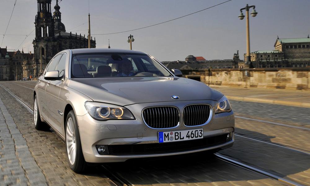 Флагман BMW 750Li распугал автомобили на Новой Риге