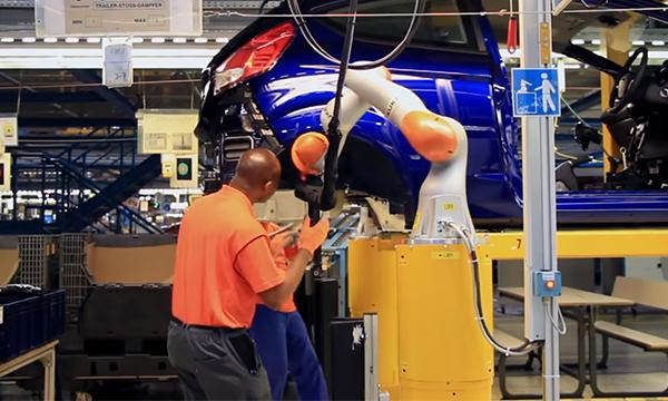 На заводе Ford заработали роботы-ассистенты