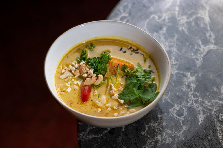 Желтый карри-суп с бататом и кейлом
