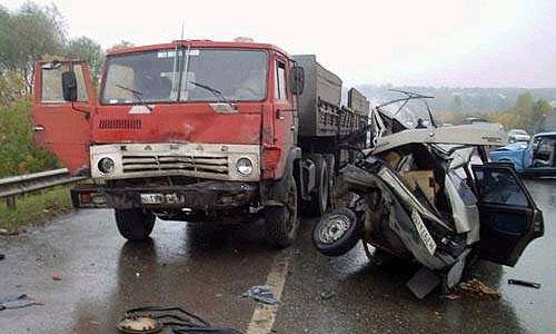 На трассе Красноярск-Сосновоборск столкнулись две легковые машины и КамАЗ