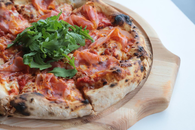 Неаполитанская пицца с пармской ветчиной и рукколой