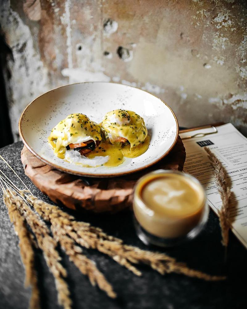 Яйца «Бенедикт» на драниках с пармезаном, сервируемые с пастрами из говядины и шпинатом под голландским соусом