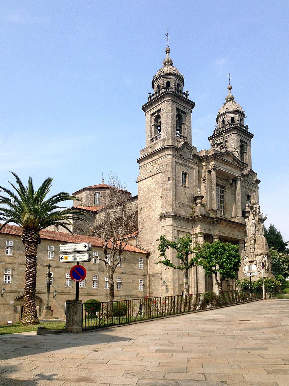 Считается, что в начале XIII века святой Франциск Ассизский совершил паломничество из Италии в Сантьяго-де-Компостела — теперь об этом напоминает посвященный ему храм в двух шагах от соборной площади города