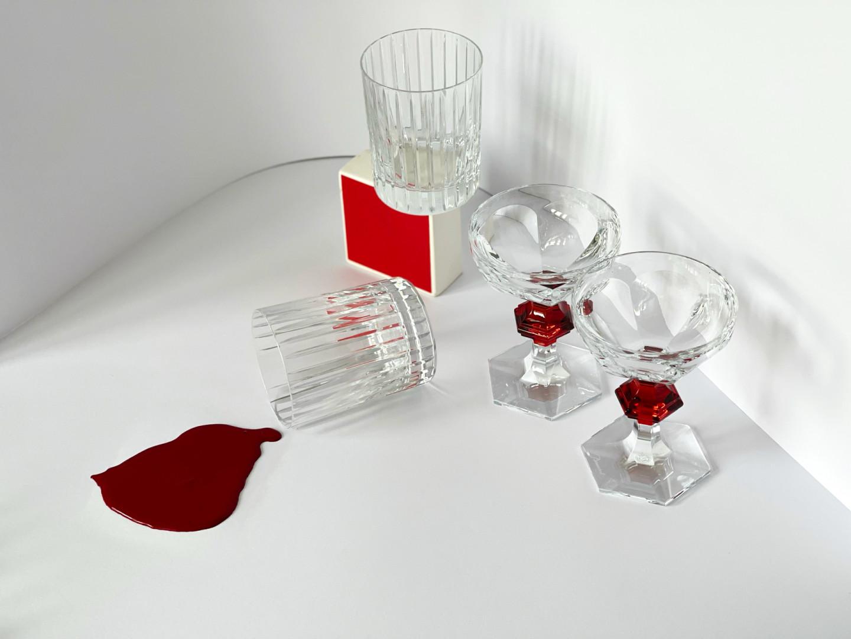 Бокалы для виски Harmonie, кубки Harcourt— все Baccarat, Maison Baccarat, ЦУМ; матовая эмульсия Theatre Red, Little Greene, салоны Manders