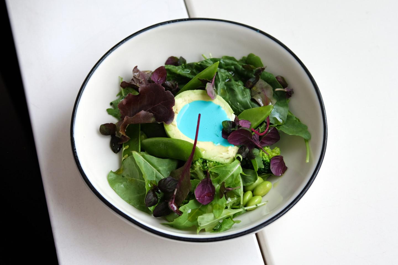 Зеленый салат с авокадо и голубым соусом