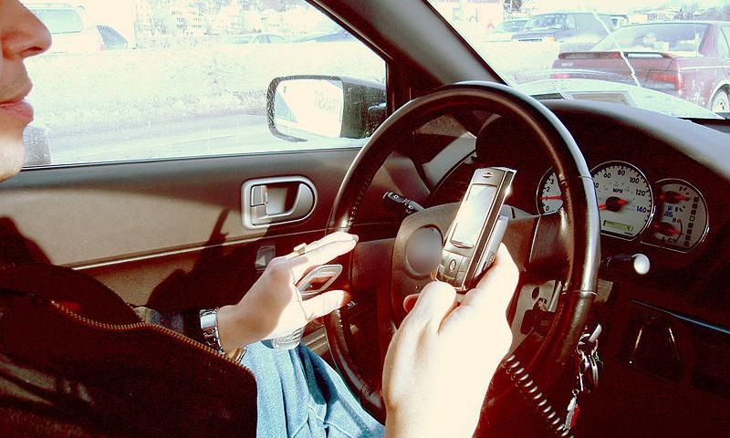 Более половины россиян читает и пишет SMS за рулем