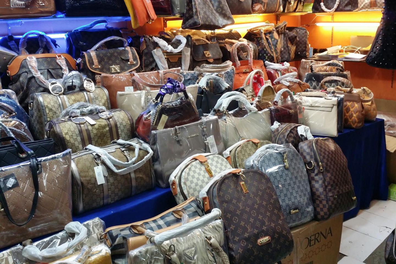 Продажа поддельных сумок Prada, Gucci и Louis Vuitton
