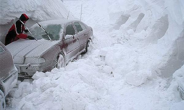 Более 100 автомобилей застряли во время бурана в Англии