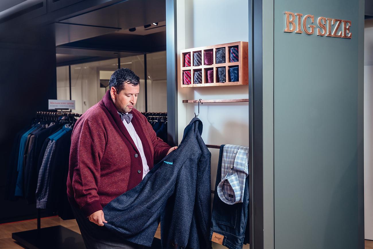 Кардиган Cortigiani, бабочка Science Fiction, рубашка Ermenegildo Zegna — все из корнера Big Size.Пиджак (в руках у Яна) Windsor