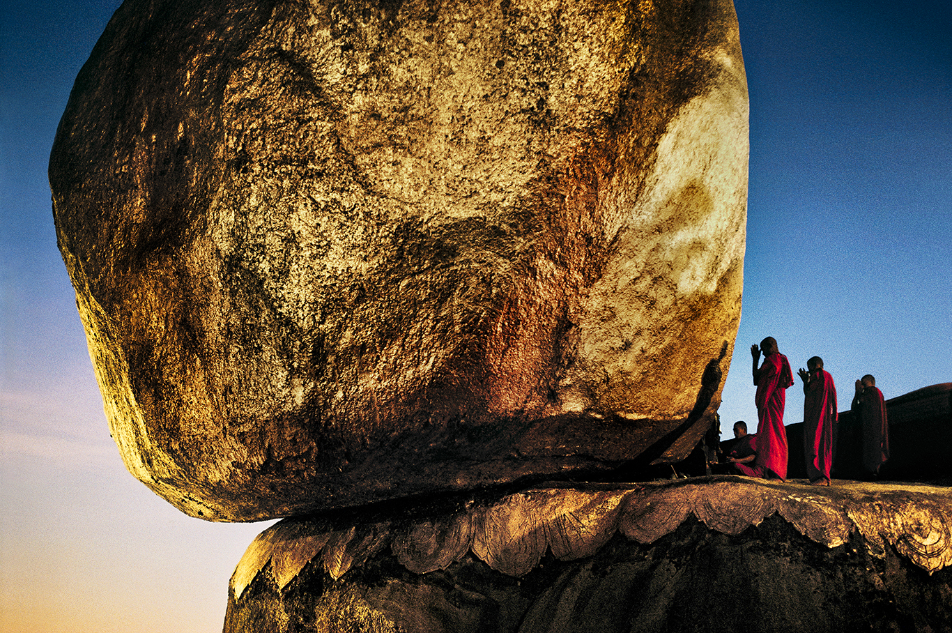 Стив МакКарри. Монахи на Золотой скале. Кьяикто, Мьянма, 1994