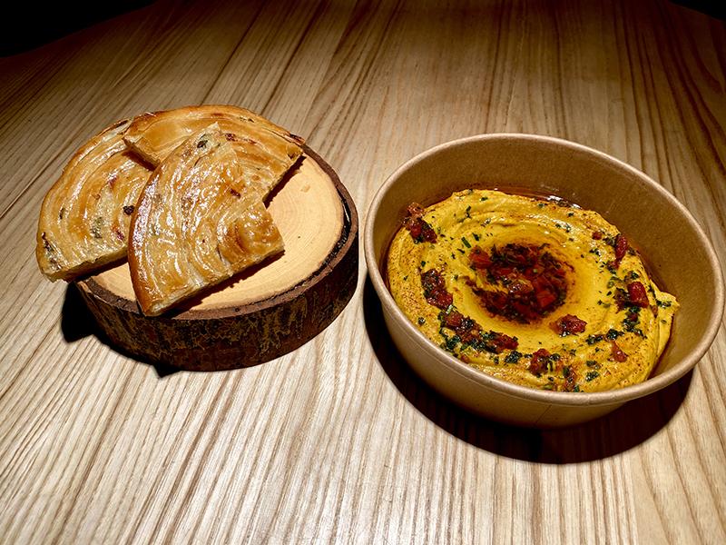 Патир (хлеб из слоеного теста) и хумус с куркумой и вялеными томатами
