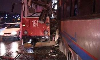 На востоке Москвы трамвай врезался в автобус, образовалась пробка