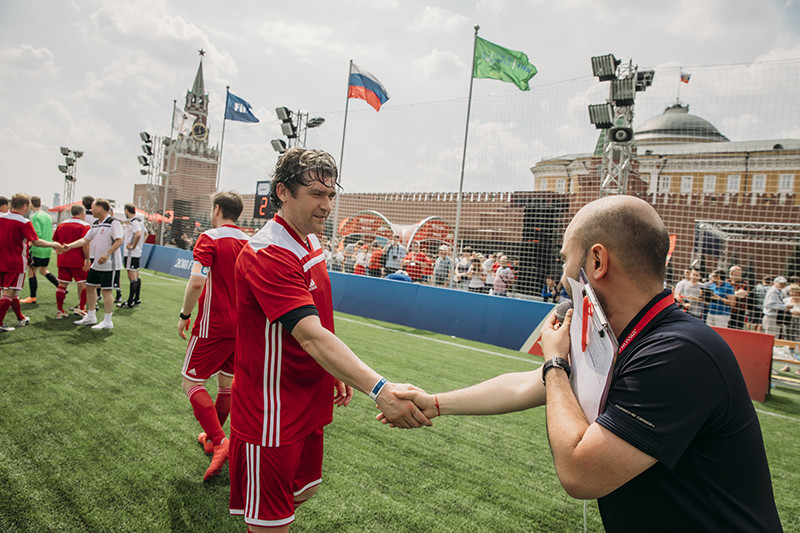 Знакомство комментатора Нобеля Арустамяна с игроками товарищеского матча
