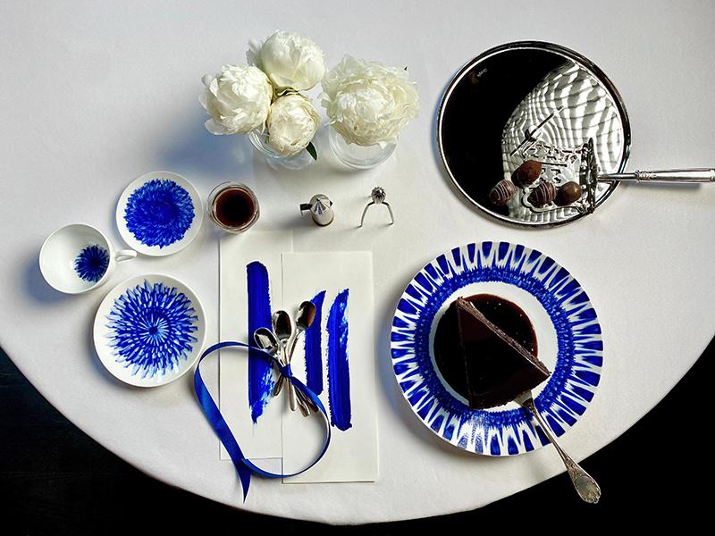 Бокалы Сhateau, Baccarat; блюдо Oh de Christofle, десертные ложки Mood Party, разделочный нож Malmaison — все Christofle; тарелка и чайная пара In Bloom,Bernardaud