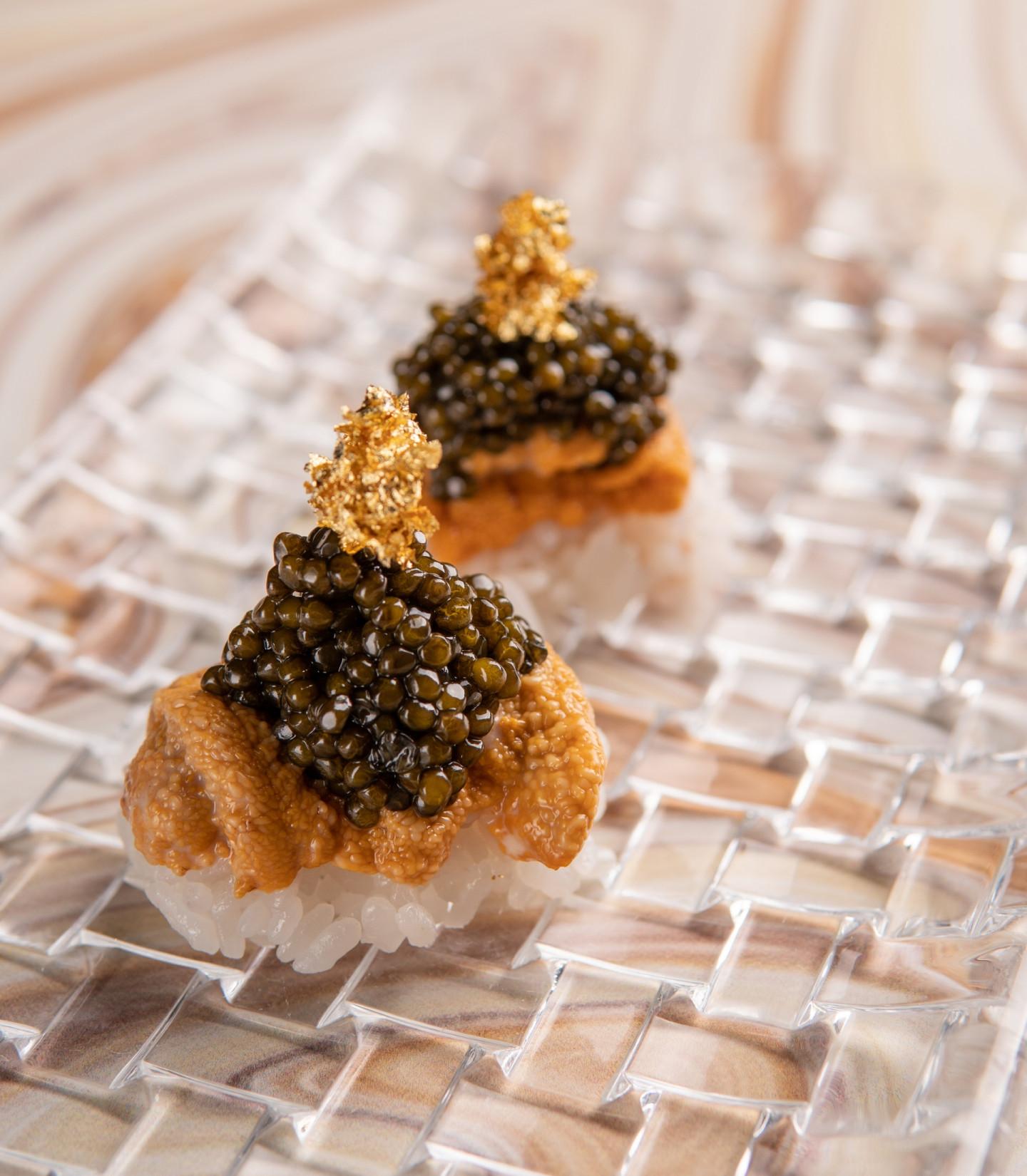 Суши с икрой морского ежа и черной икрой