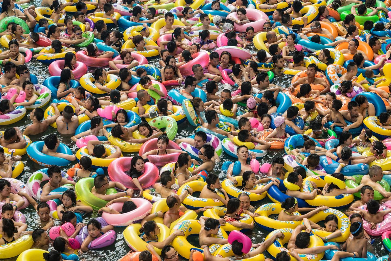 Китайцы купаются в гигантском бассейне, способном вместить до 10 тыс. человек, провинция Сычуань