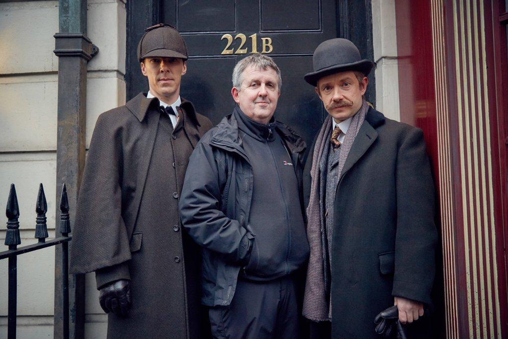 На съемочной площадке эпизода «Шерлок. Безобразная невеста»: Бенедикт Камбербэтч (Шерлок Холмс), Дуглас Маккиннон (режиссер), Мартин Фримен (доктор Джон Уотсон)