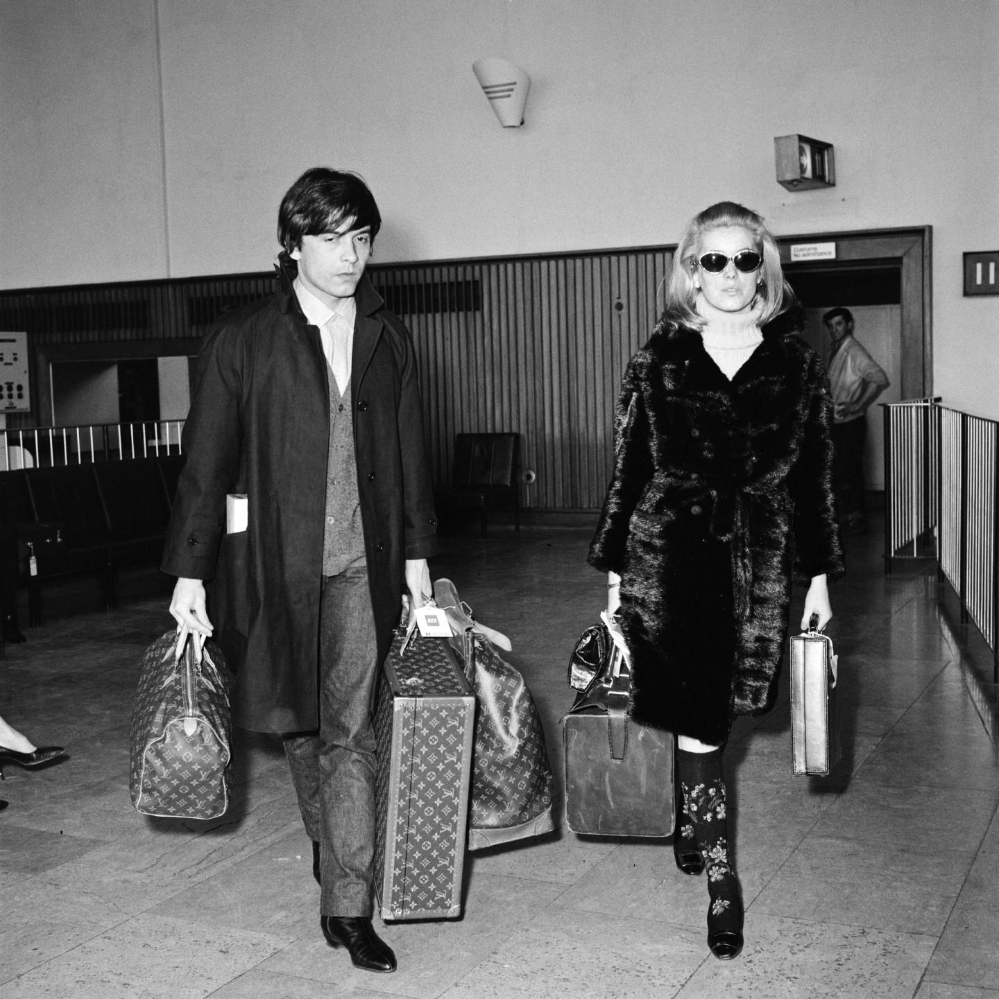 Актриса Катрин Денев и фотограф Дэвид Бейли с чемоданами Louis Vuitton
