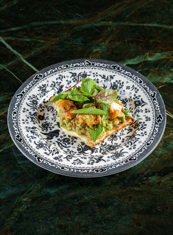 Тост с гуакамоле и креветкамитемпура