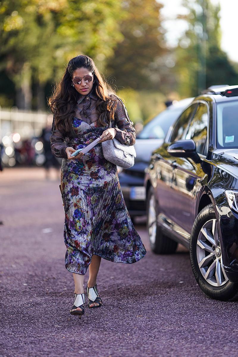 Сочетание платья-комбинации с блузкой