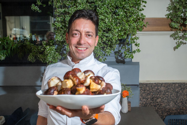 Шеф-повар ресторана Grand Cru Давид Эммерле с блюдом белых грибов