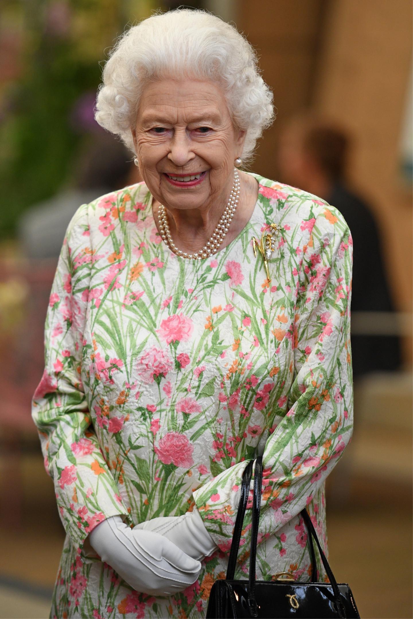 Елизавета II с сумкой Launer на приеме в ботаническом саду Корнуолла в рамках саммита G7, 11 июня