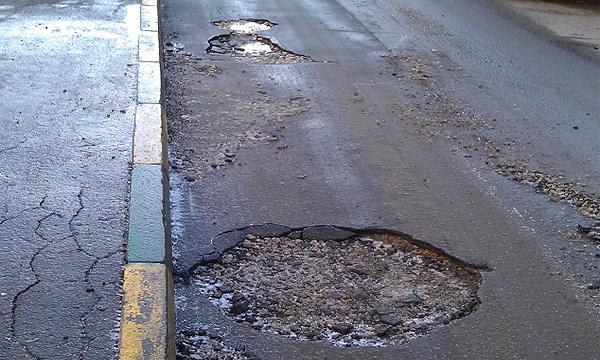 Плохие дороги: куда пожаловаться на ямы в асфальте