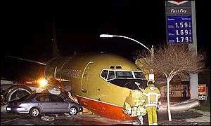 В США Boeing 737 врезался в автомобили
