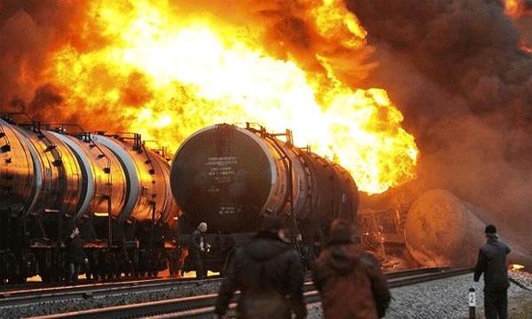 В Костромской области горят вагоны-цистерны грузового поезда