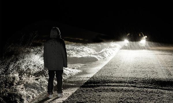 Пешеходов хотят обязать носить светоотражающие стикеры