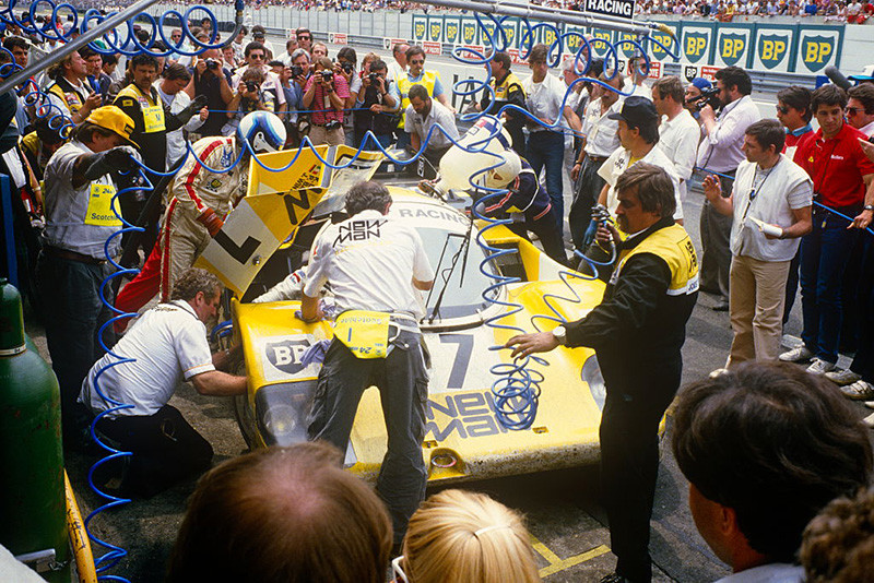 Пилоты команды Joest Racing Клаус Людвиг, Паоло Барилла и Джон Винтер у своего Porsche 956 после победы в гонке «24 часа Ле-Мана», 1985