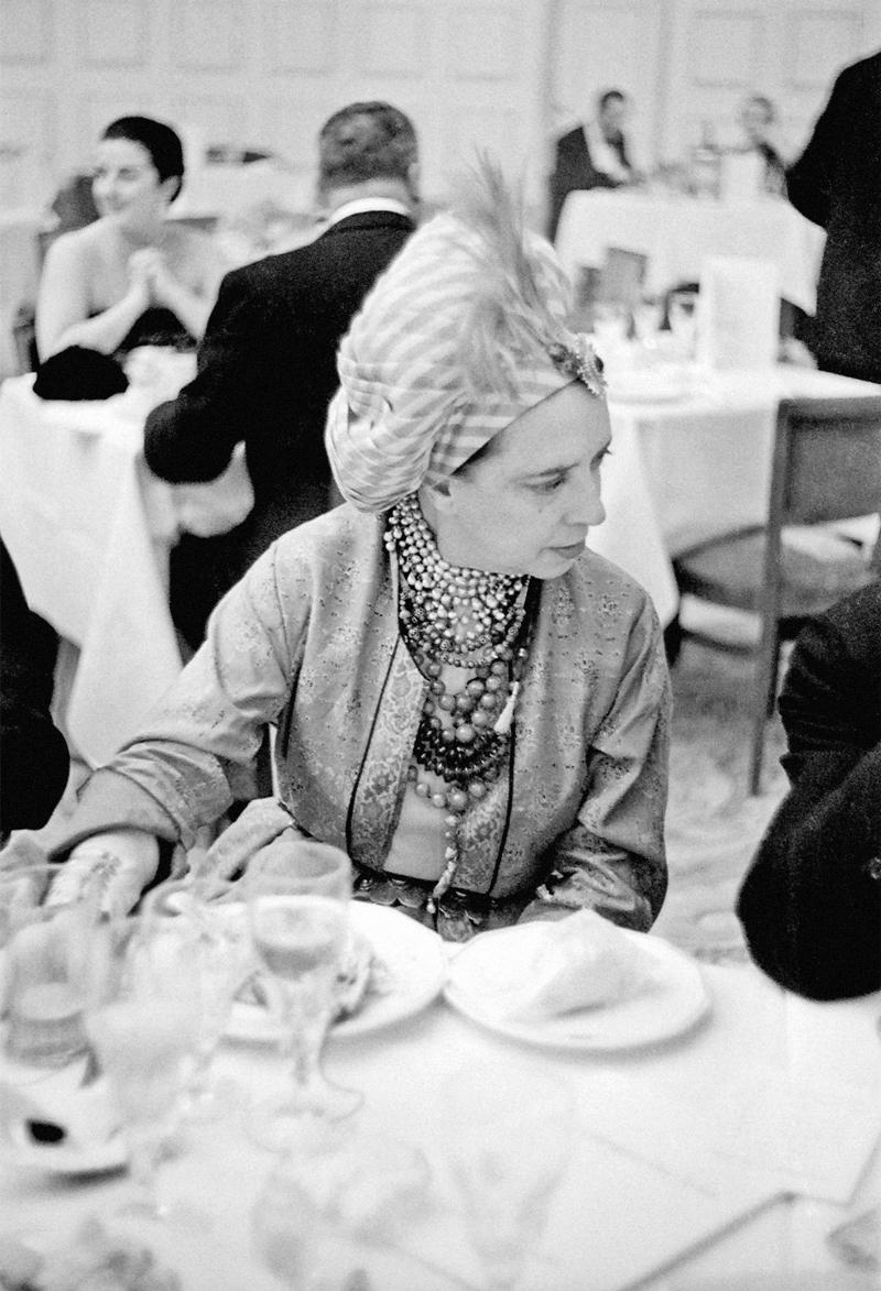 Эльза Скиапарелли в тюрбане с пером, 1940 год