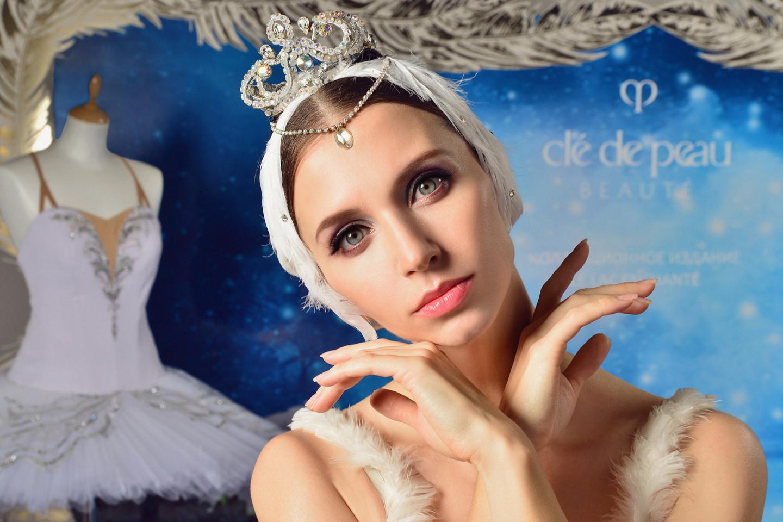На Анне Тихомировой (Белый лебедь): моделирующая пудра, придающая коже сияние, коллекционное издание Le Lac Enchanté, № 10; сыворотка-активатор The Serum, коллекционное издание Le Lac Enchanté; палетка из 4 теней с шелковой текстурой Le Lac Enchanté, № 32; набор помад-миниатюр Le Lac Enchanté, оттенок 9 Silk Thread10.