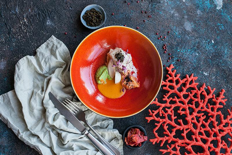 Филе трески с осетровой икрой на сливочном сельдерее, картофельным пюре с вялеными томатами, луком шалот, мини-репкой, соусом из азовского криля