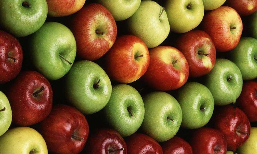 ГИБДД раздает водителям освященные яблоки с призывом соблюдать ПДД