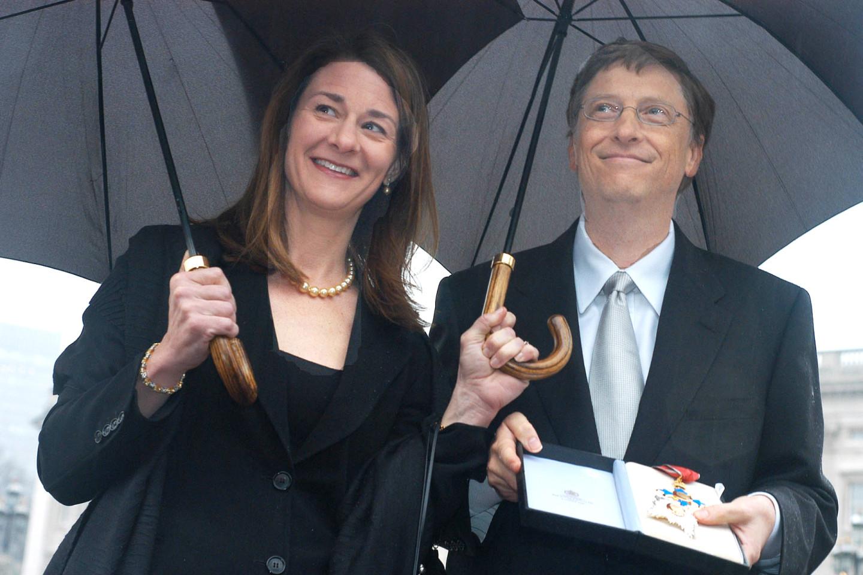 Билл и Мелинда Гейтс в Букингемском дворце в Лондоне получают награду от королевы Елизаветы II за благотворительную программу по сокращению бедности в развивающихся странах, 2005 год